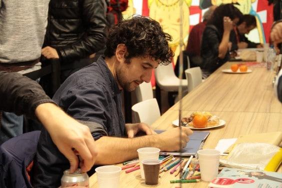 Florent Chavouet dans ses oeuvres, au crayon de couleur.